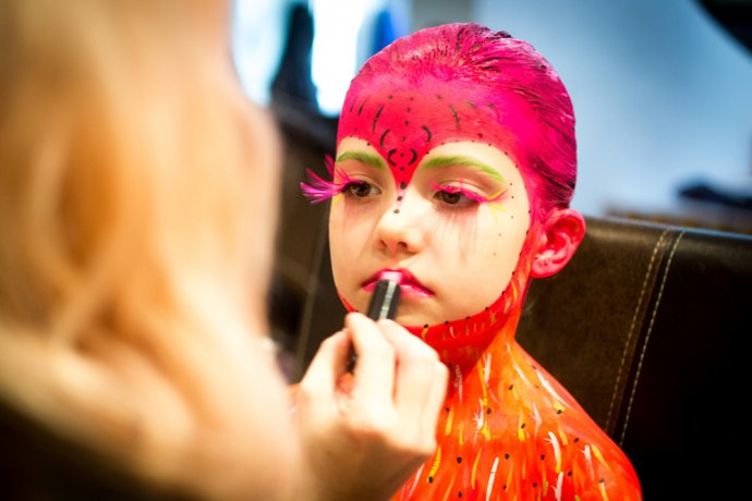 Blue Shadow Fine Art photographer and Creative Director of Free Spirit - Behind the scenes - Blacklight photography bodypainting facepainting child