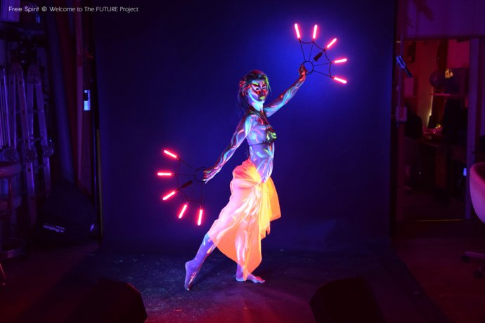 Blue Shadow Fine Art photographer and Creative Director of Free Spirit - Behind the scenes - Blacklight photography bodypainting belly dancer