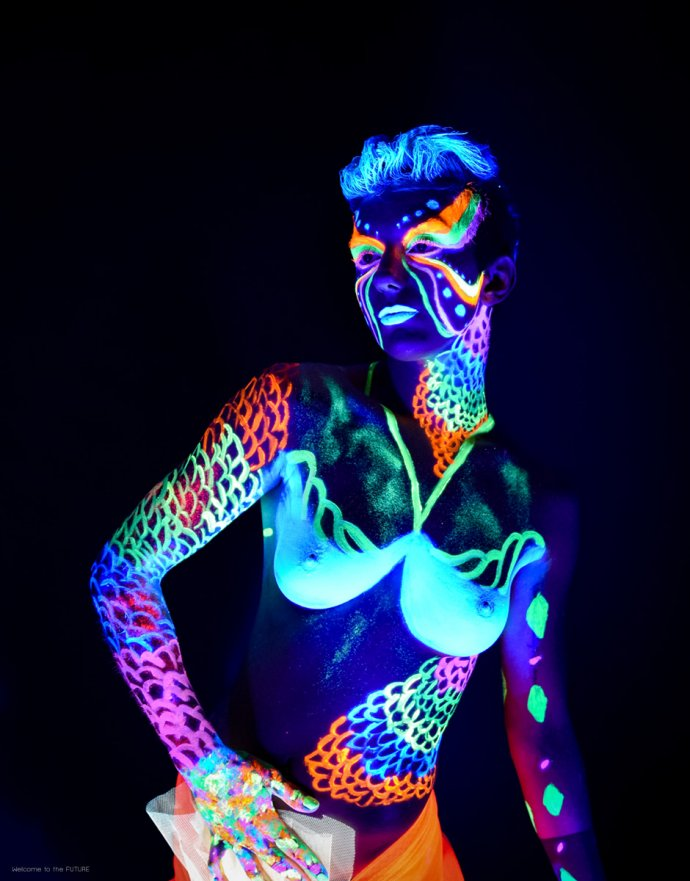 Blue Shadow Fine Art photographer and Creative Director of Free Spirit - Behind the scenes - Blacklight photography bodypainting neon