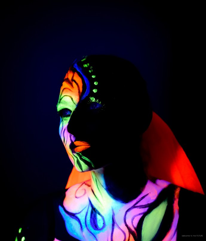 Blue Shadow Fine Art photographer and Creative Director of Free Spirit - Behind the scenes - Blacklight photography bodypainting neon 2 faces