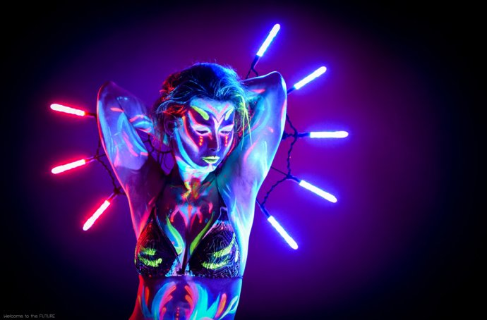 Blue Shadow Fine Art photographer and Creative Director of Free Spirit - Behind the scenes - Blacklight photography bodypainting neon belly dancer