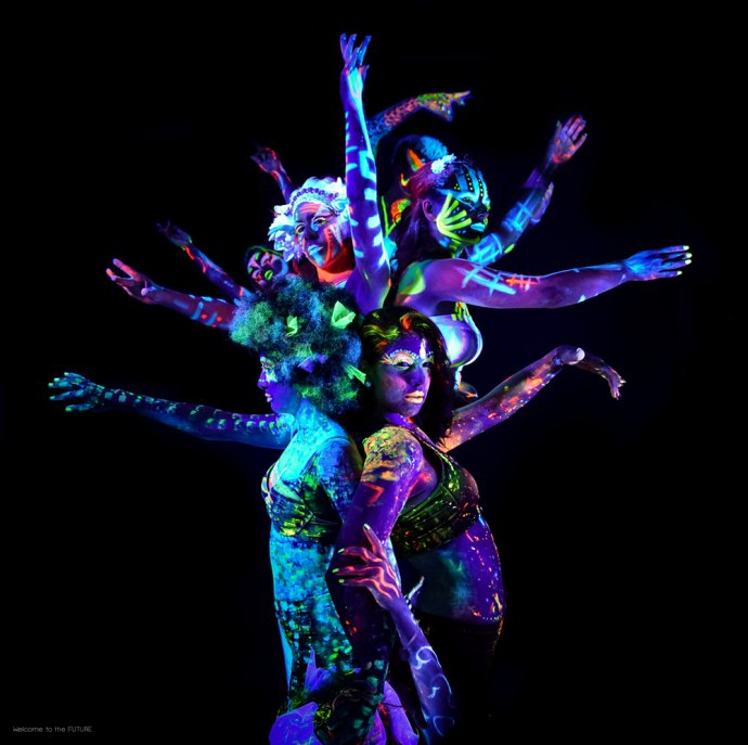 Blue Shadow Fine Art photographer and Creative Director of Free Spirit - Behind the scenes - Blacklight photography bodypainting neon human tree